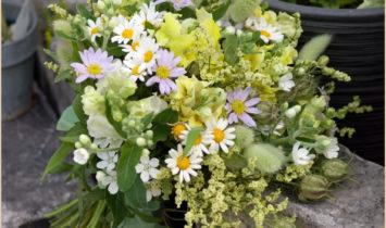 野の花を集めたブーケ