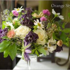 濃い紫のトルコキキョウをあしらったフラワーアレンジ