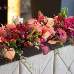 ピンクの濃淡を集めた結婚式の会場装花